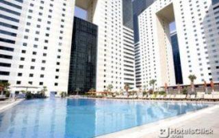 Baden im Pool des Ezdan Hotels