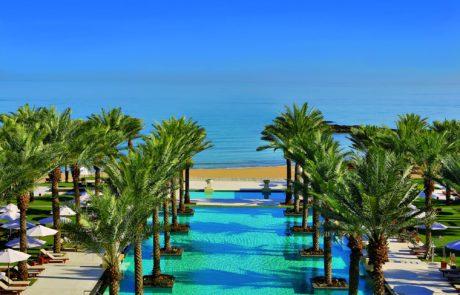 Blick auf den Pool des Al Bustan